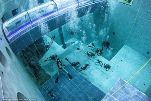 Khám phá bể bơi sâu nhất thế giới, bằng tòa nhà 14 tầng - 1