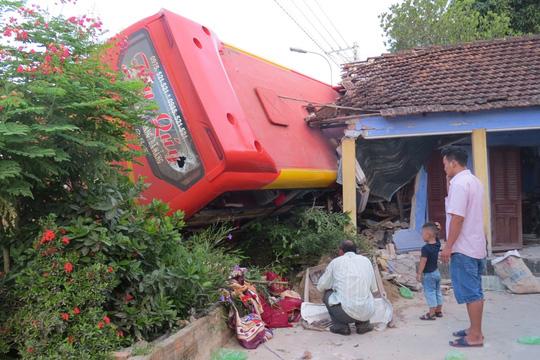 Xe giường nằm tông sập nhà dân, 5 người bị thương nặng - 1