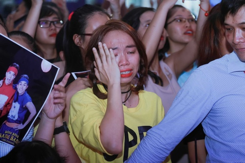 Fan khóc hết nước mắt trong show diễn cuối của 365 - 3