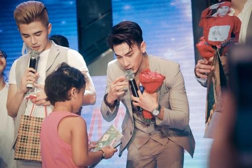 Fan khóc hết nước mắt trong show diễn cuối của 365 - 10
