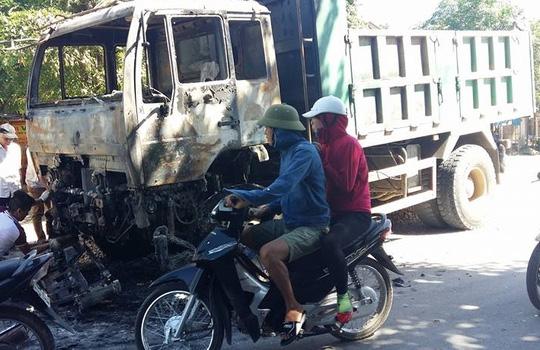Xe tải đang chạy bốc cháy, tài xế kịp thoát thân - 1
