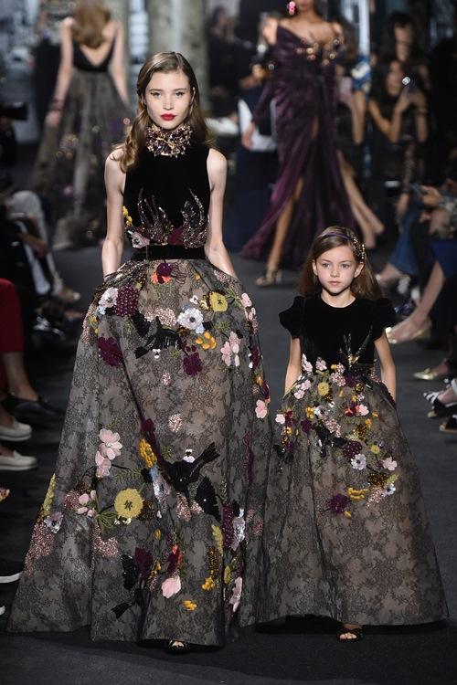 Elie Saab trình làng các mẫu váy lộng lẫy cho mẹ và bé - 4