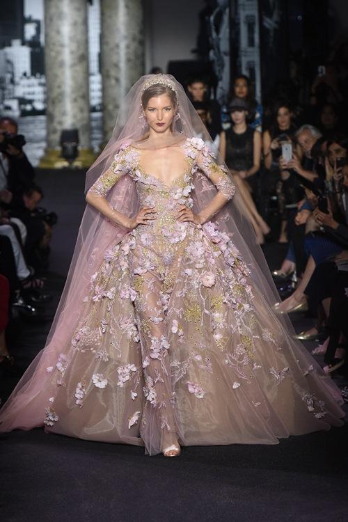 Elie Saab trình làng các mẫu váy lộng lẫy cho mẹ và bé - 14