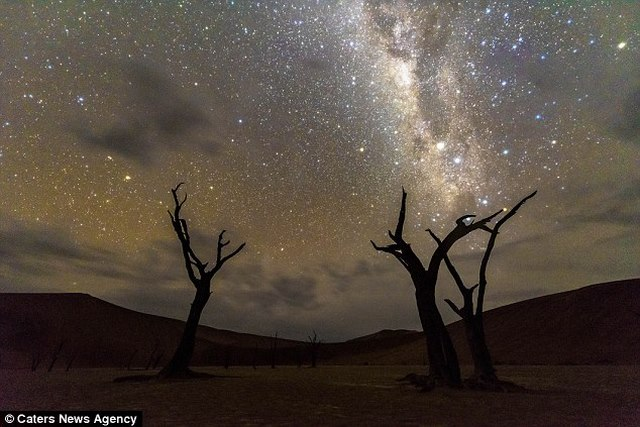 """Video: Trời đêm """"dệt gấm thêu hoa"""" ở sa mạc châu Phi - 2"""
