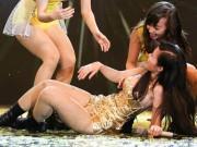Đông Nhi bất ngờ ngã sõng soài trên sân khấu