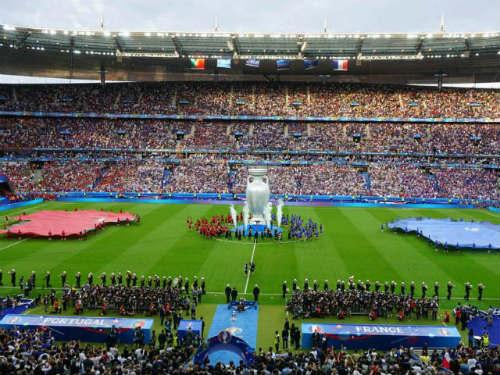 Bế mạc Euro: Lãng mạn, cuồng nhiệt như nụ hôn Pháp - 1