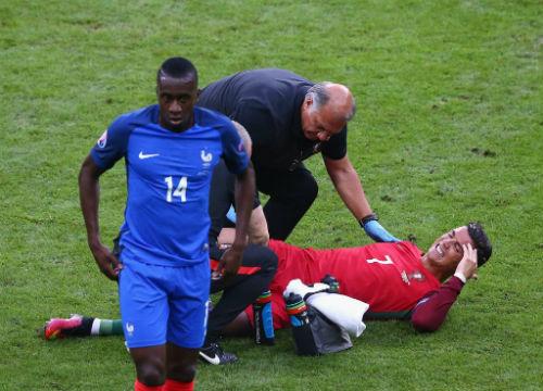 """Bị """"triệt hạ"""" & rời sân: Ronaldo có thể nghỉ 5 tháng - 4"""