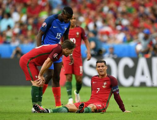 """Bị """"triệt hạ"""" & rời sân: Ronaldo có thể nghỉ 5 tháng - 3"""