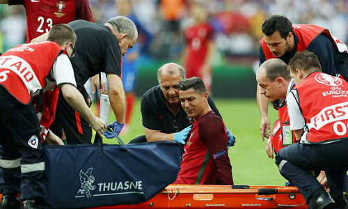 """Bị """"triệt hạ"""" & rời sân: Ronaldo có thể nghỉ 5 tháng - 6"""