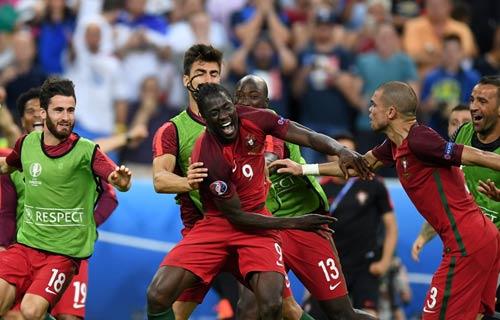 """Ronaldo vào sân """"chỉ đạo"""", Bồ Đào Nha vỡ òa ăn mừng Cup - 2"""