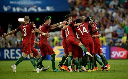 """Ronaldo vào sân """"chỉ đạo"""", Bồ Đào Nha vỡ òa ăn mừng Cup - 5"""