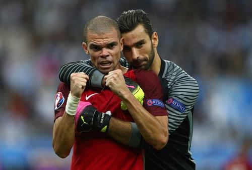 """Ronaldo vào sân """"chỉ đạo"""", Bồ Đào Nha vỡ òa ăn mừng Cup - 6"""