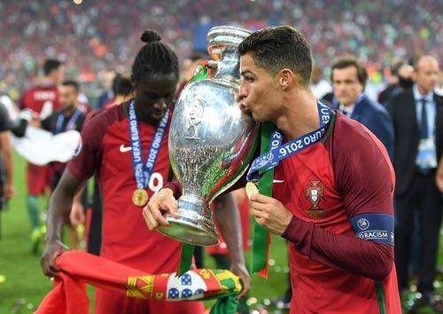 """Ronaldo vào sân """"chỉ đạo"""", Bồ Đào Nha vỡ òa ăn mừng Cup - 12"""