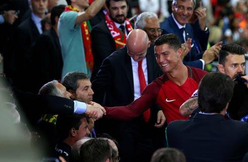 """Ronaldo vào sân """"chỉ đạo"""", Bồ Đào Nha vỡ òa ăn mừng Cup - 9"""