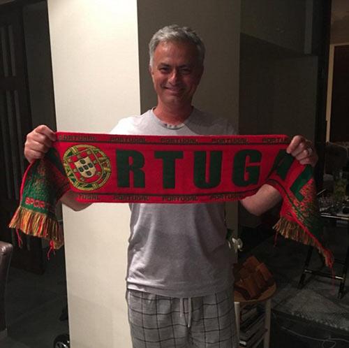 Bồ Đào Nha vô địch: CĐV phát cuồng, đốt pháo sáng ăn mừng - 1