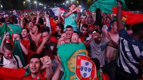 Bồ Đào Nha vô địch: CĐV phát cuồng, đốt pháo sáng ăn mừng - 2
