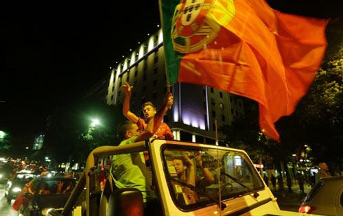 Bồ Đào Nha vô địch: CĐV phát cuồng, đốt pháo sáng ăn mừng - 4