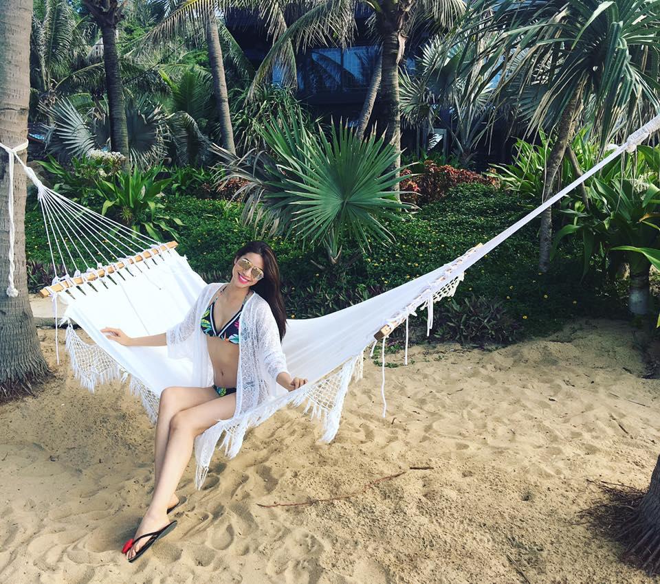 """Phạm Hương mặc bikini """"đốt nóng"""" bờ biển Hội An - 6"""