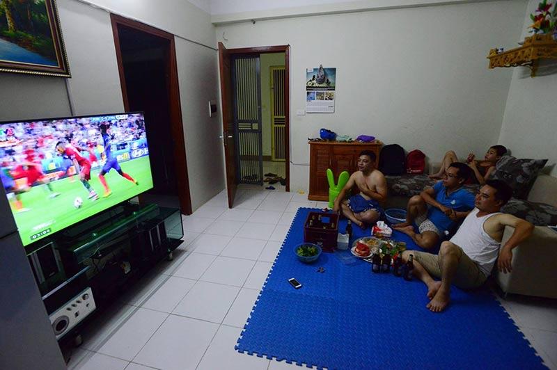 Bê tivi, ghế ra giữa đường xem chung kết Euro 2016 - 5