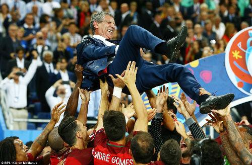 """Ronaldo vào sân """"chỉ đạo"""", Bồ Đào Nha vỡ òa ăn mừng Cup - 7"""