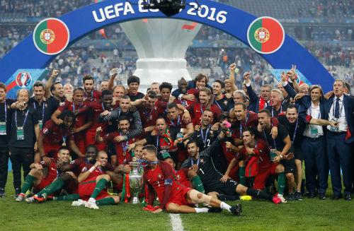 """Ronaldo vào sân """"chỉ đạo"""", Bồ Đào Nha vỡ òa ăn mừng Cup - 13"""
