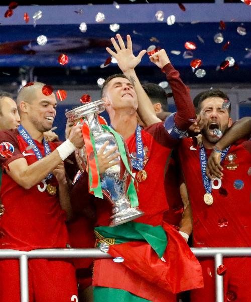 """Ronaldo vào sân """"chỉ đạo"""", Bồ Đào Nha vỡ òa ăn mừng Cup - 15"""