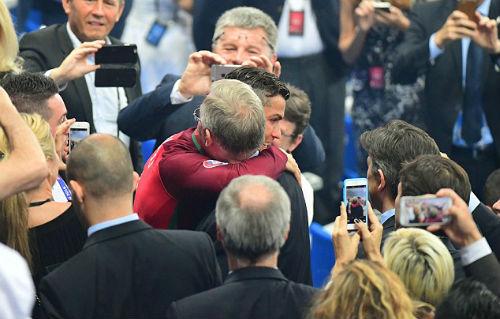 """Ronaldo vào sân """"chỉ đạo"""", Bồ Đào Nha vỡ òa ăn mừng Cup - 8"""