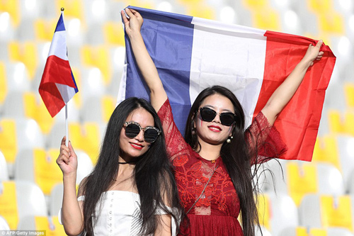 """Dàn fan nữ Pháp – Bồ gợi cảm """"làm nóng"""" khán đài - 7"""
