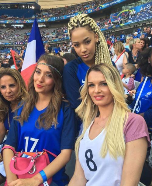"""Dàn fan nữ Pháp – Bồ gợi cảm """"làm nóng"""" khán đài - 4"""