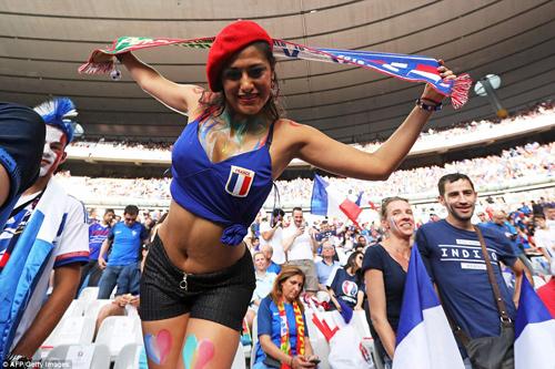"""Dàn fan nữ Pháp – Bồ gợi cảm """"làm nóng"""" khán đài - 6"""