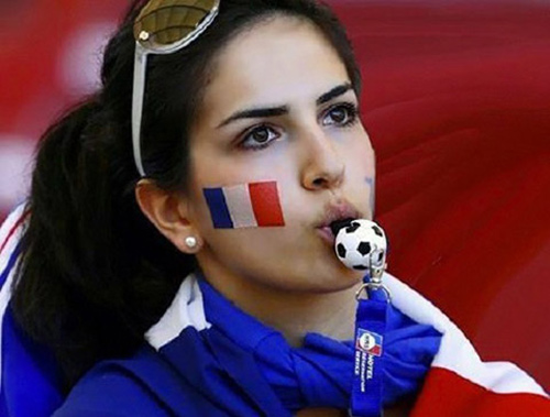 """Dàn fan nữ Pháp – Bồ gợi cảm """"làm nóng"""" khán đài - 11"""