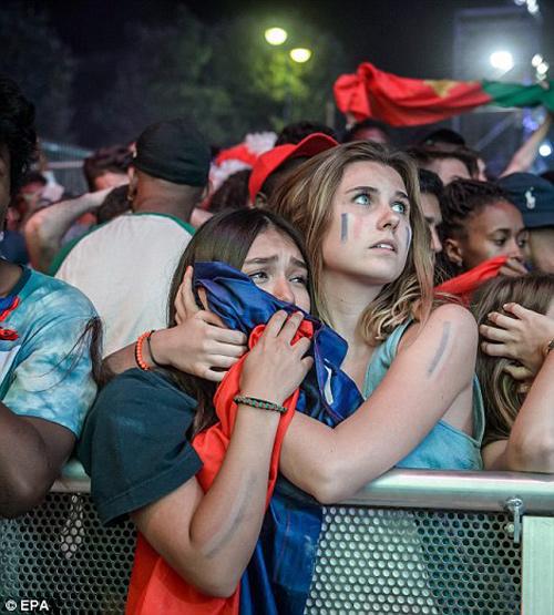 """Dàn fan nữ Pháp – Bồ gợi cảm """"làm nóng"""" khán đài - 10"""