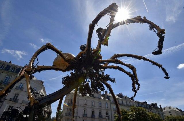 Nhện máy khổng lồ xuất hiện trên đường phố Pháp - 2