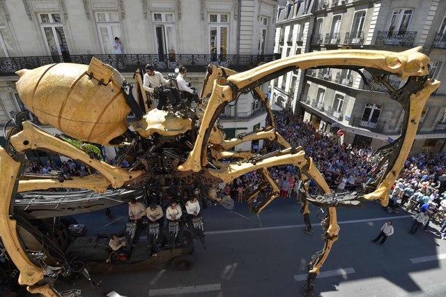 Nhện máy khổng lồ xuất hiện trên đường phố Pháp - 4