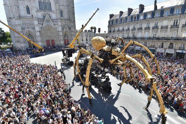 Nhện máy khổng lồ xuất hiện trên đường phố Pháp - 1
