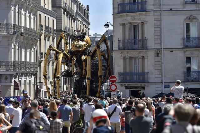 Nhện máy khổng lồ xuất hiện trên đường phố Pháp - 3