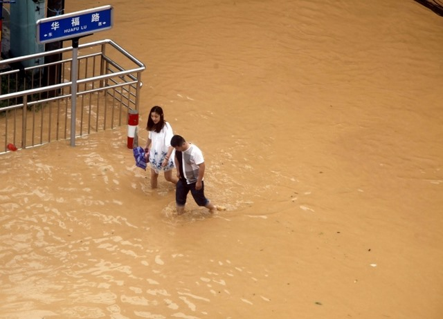 Ảnh: Siêu bão tấn công TQ, gần nửa triệu người sơ tán - 4