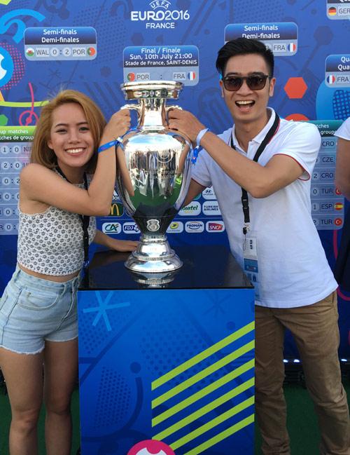 DJ đội Sơn Tùng sung sướng chạm tay vào cúp Euro 2016 - 1