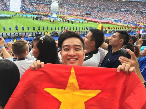 DJ đội Sơn Tùng sung sướng chạm tay vào cúp Euro 2016 - 4