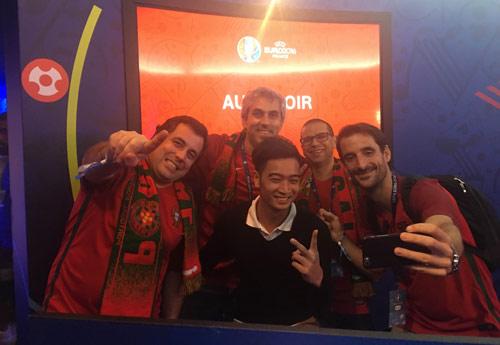 DJ đội Sơn Tùng sung sướng chạm tay vào cúp Euro 2016 - 5