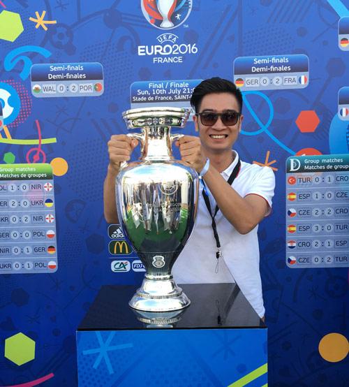 DJ đội Sơn Tùng sung sướng chạm tay vào cúp Euro 2016 - 3