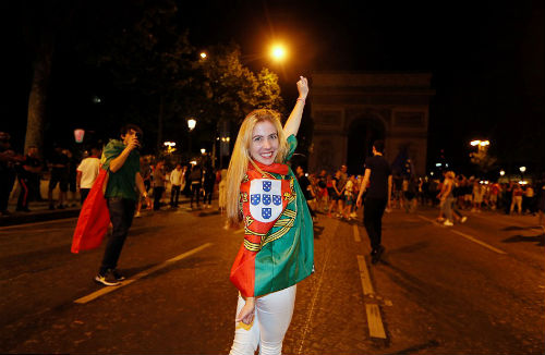 Bồ Đào Nha vô địch: CĐV phát cuồng, đốt pháo sáng ăn mừng - 5