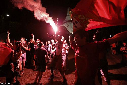 Bồ Đào Nha vô địch: CĐV phát cuồng, đốt pháo sáng ăn mừng - 7