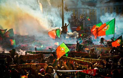 Bồ Đào Nha vô địch: CĐV phát cuồng, đốt pháo sáng ăn mừng - 8