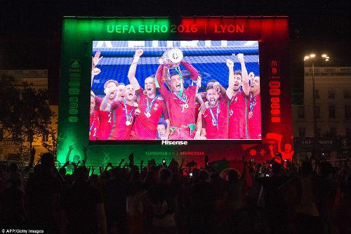 Bồ Đào Nha vô địch: CĐV phát cuồng, đốt pháo sáng ăn mừng - 9