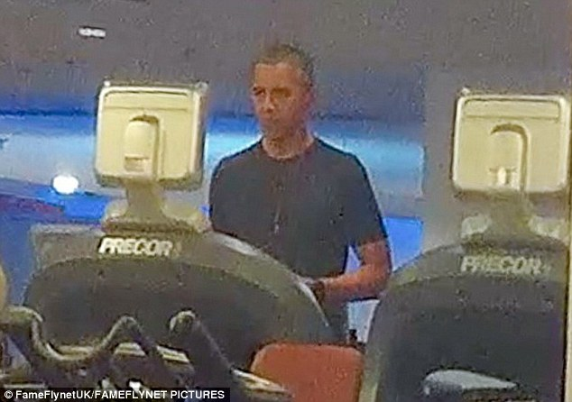 "Ảnh ""chộp"" Obama đeo tai nghe hồng tập gym ở Ba Lan - 3"