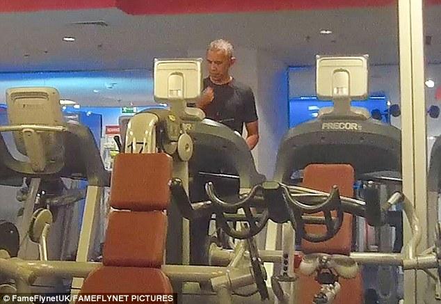 "Ảnh ""chộp"" Obama đeo tai nghe hồng tập gym ở Ba Lan - 2"