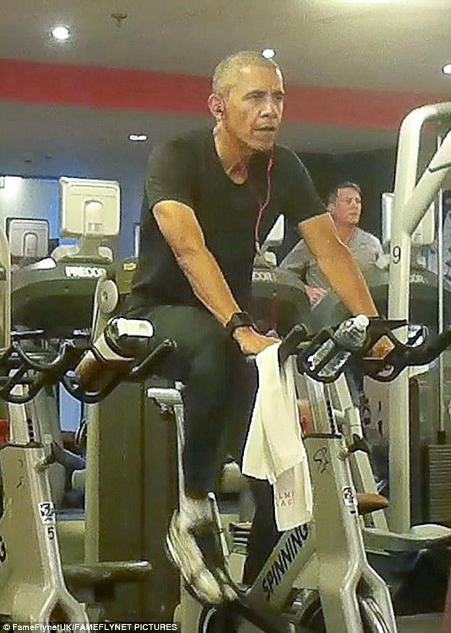 "Ảnh ""chộp"" Obama đeo tai nghe hồng tập gym ở Ba Lan - 1"