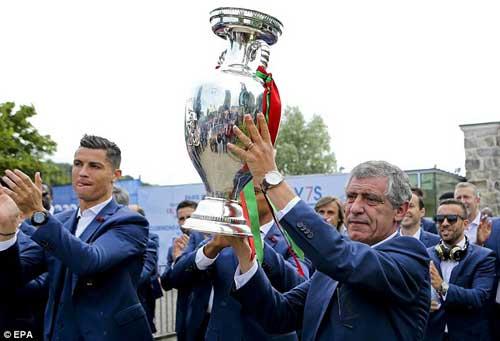 Biển người chào đón Bồ Đào Nha, Ronaldo ở quê nhà - 11