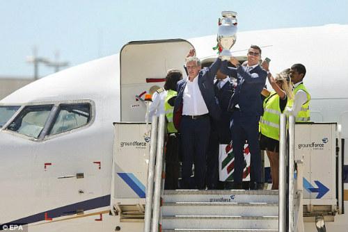 Biển người chào đón Bồ Đào Nha, Ronaldo ở quê nhà - 5